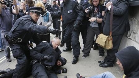 Một số người biểu tình bị cảnh sát chống bạo động Anh bắt giữ.