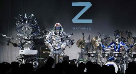 Các nghệ sĩ robot biểu diễn trên sân khấu.