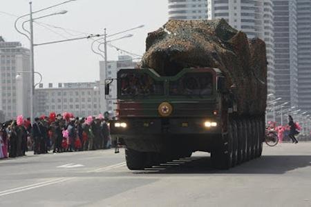 Xe chở tên lửa xuất hiện lần đầu tiên trong cuộc duyệt binh của Triều Tiên hồi năm 2012.