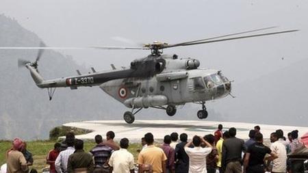 Trực thăng của không quân Ấn Độ tham gia công tác cứu hộ.