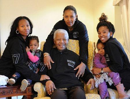 Ông Mandela bên các thành viên gia đình tại quê nhà ởQunu, Nam Phi.