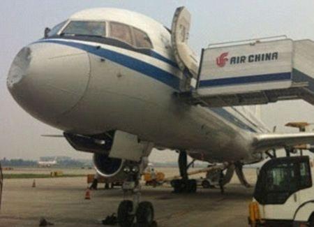 Chiếc máy bay chở khách bị lõm đầu đang nằm tại trường băng.