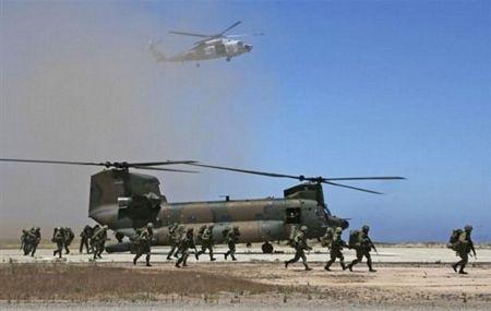 Binh lính Mỹ đổ bộ bằng máy bay vận tải
