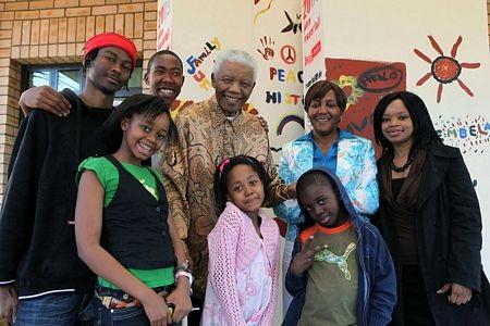 Một bức ảnh chụp ông Mandela và các thành viên gia đình hồi năm 2009.