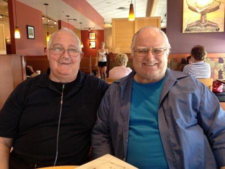 Williams (phải), hiện73 tuổi, chụp ảnh cùng một người bạn.