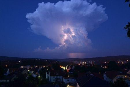 Đám mây hình nấm trên bầu trời Melsungen, Đức.