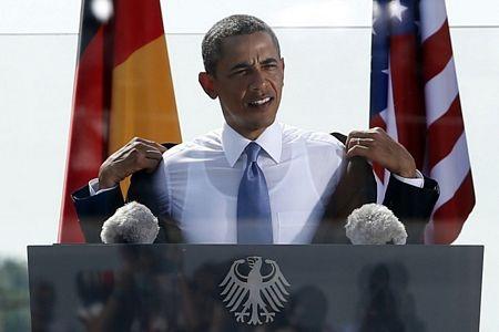Hai cô con gái Malia và Sasha nhà Tổng thống Mỹ Barack Obama tháp tùng bố trong chuyến thăm Berlin.