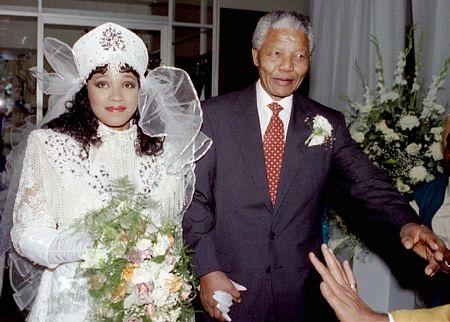 Ông Mandela hộ tống cháu gái Zindzi trong lễ cưới hồi năm 1992.