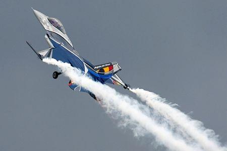 Máy bay nhuộm màu trong triển lãm hàng không ở Áo