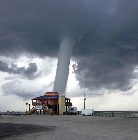 Cột nước xoáy khổng lồ hình thành ngoài khơi Grand Isle, Louisiana, Mỹ.