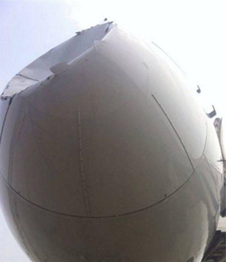 Phần mũi máy bay bị lõm sâu.