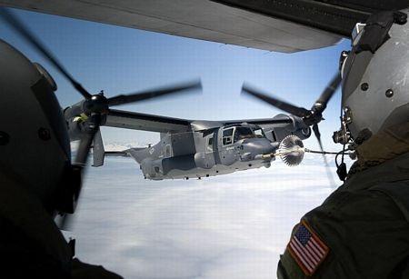 MV-22 Osprey có thể gập, xoay những cánh khổng lồ của nó lại để tiết giảm diện tích mặt boong