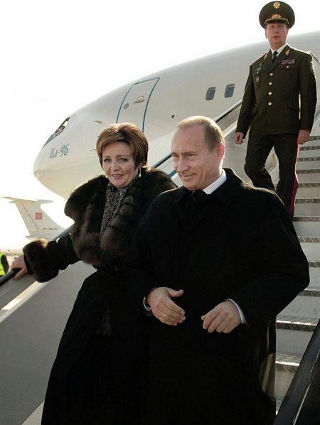 Đệ nhất phu nhân Lyudmila tháp tùng chồng trong chuyến thămTây Ban Nha năm 2006.