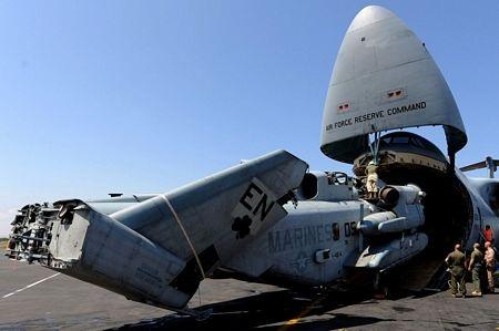 """Trực thăng CH-53 Super Stallion đang được """"đóng gói"""" để đưa lên máy bay vận tải C-5 Galaxy"""