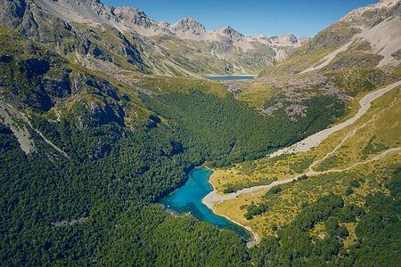 Hồ Blue nằm ở độ cao 1.200km so với mực nước biển và hứng nước từ một hồ khác cao hơn nó.