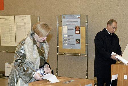 Ông Putin và bà Lyudmila đi bỏ phiếu trong cuộc bầu cử tổng thống năm 2004.