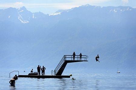 Các trẻ em bơi trên hồ Geneva gần Lausanne, miền tây nam Thụy Sĩ.