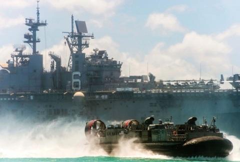 Tàu đổ bộ của Mỹ USS Bonhomme Richard ở vùng biển gần căn cứ quân sự Okinawa, Nhật Bản hôm 24/6.