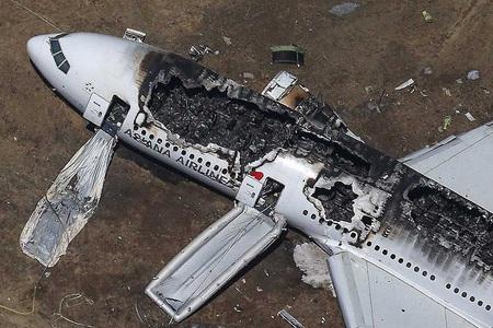 Các chiếc máy bay bị cháy tại hiện trường.