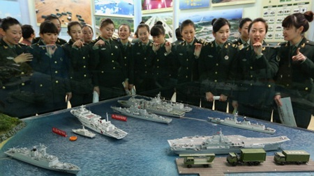 Các nữ binh sĩ tham quan một triển lãm thiết bị quân sự của Trung Quốc. (Ảnh minh họa)
