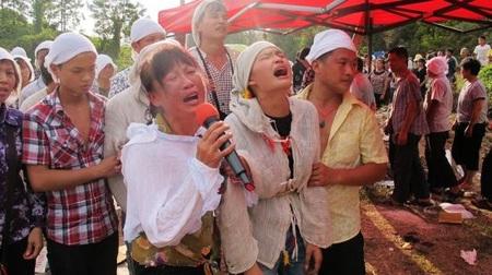 Người thân ông Deng khóc trong lễ tang ngày 20/7.