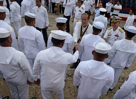 Tổng thống Aquino bắt tay với các thủy thủ trong lễ tiếp nhận tàu chiến thứ 2 từ Mỹ.
