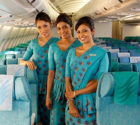 Các tiếp viên trong bộ đồng phục duyên dáng của hãng hàng không Sri Lanka Airlines.