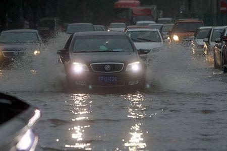 Một con phố ở Bắc Kinh bị ngập do mưa lớn.