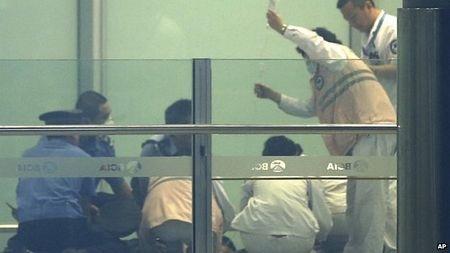 Các nhân viên y tế và cảnh sát tại hiện trường vụ nổ.