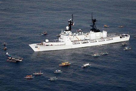 Tổng thống Philippines Aquino lên thăm tàu BRP Ramon Alcaraz.