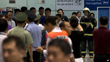 Các cảnh sát vẫn điều tra tại hiện trường sau khi nhà ga mở cửa trở lại.