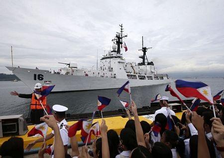 Đông đảo các quan chức và người dân tham gia lễ tiếp nhận tàu vào ngày 6/8.