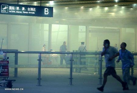 Khói bay mù mịt tại nhà ga số 3, nơi xảy ra vụ đánh bom.