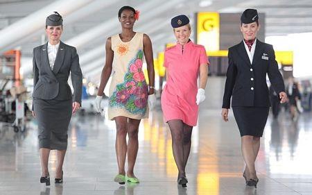 Hãng hàng không Anh British Airways cũng sử dụng các bộ đồng phục màu sắc bắt mắt.
