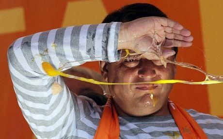Chính trị gia Công đảng Anh Lord Mandelson hứng bánh của người biểu tình hồi năm 2009.