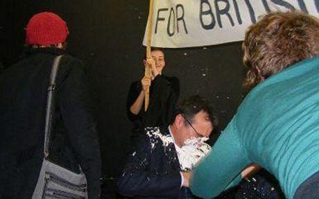 Hồi năm 2008, Bộ trưởng di trú Anh Phil Woolas bị một người biểu tình tấn công bằng bánh kem.