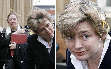 Hồi năm 2006, Bộ trưởng giáo dục Anh Ruth Kelly cũng bị ném trứng.