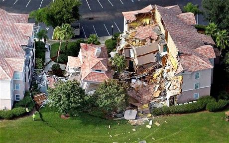 Ảnh chụp từ trên cao cho thấy hố sụt khổng lồ hình thành bên dưới căn biệt thự.