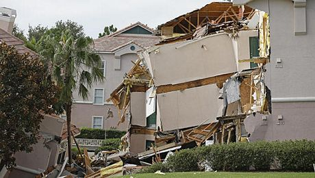 Người dân quan sát ngôi nhà bị sập.
