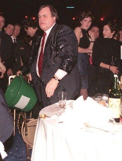 Cựu Phó thủ tướng Anh John Prescott bị người biểu tình hất một thùng nước đá hồi năm 1998.