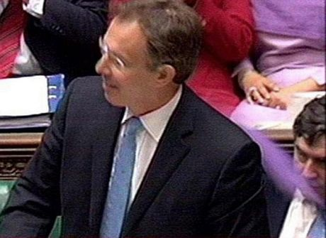 Ông Blair cũng bị ném bom bột mì màu tím trong một phiên chất vấn tại quốc hội năm 2004.