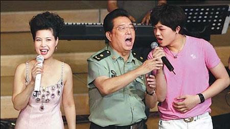 Lý Thiên Nhấtbiểu diễncùng bố và mẹ trong một sự kiện hồi năm 2011.