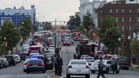 Các xe cảnh sát và cứu hỏađậu gần căn cứ Navy Yard.