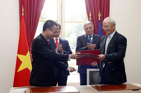 Hai Thủ tướng cũng chứng kiến lễ ký kết hợp tác giữa các doanh nghiệp hai nước. (Ảnh: AFP)