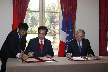 Hai Thủ tướng ký Tuyên bố chung về Quan hệ đối tác chiến lược Việt Nam-Pháp ngày 25/9. (Ảnh: AFP)