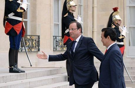 Tổng thống Hollande mời Thủ tướng Nguyễn Tấn Dũng vào điện Elysee để tiến hành hội kiến. (Ảnh: AFP)