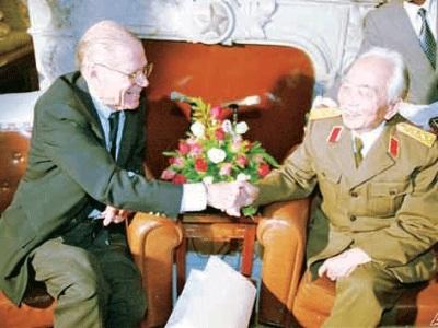 Đại tướng Võ Nguyên Giáp bắt tay cựu Bộ trưởng quốc phòng Mỹ McNamara năm 1995. Ảnh: AP.
