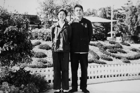 Một bức ảnh thời trẻ của bà Lý Đan Vũ và chồng cũ, ông Bạc Hy Lai.