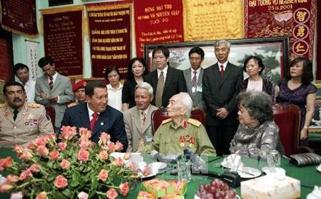 Cố tổng thống Venezuela Hugo Chavez tới thăm Đại tướng Võ Nguyên Giáp năm 2007 (Nguồn: TTXVN)
