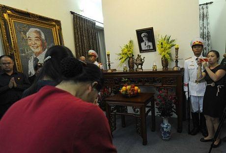 Những người tới viếng cúi đầu thành kính trước di ảnh của Tướng Giáp bên trong tư gia của ông.